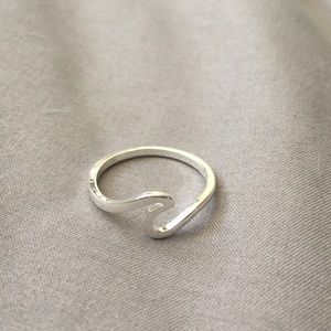 Jewelry - Silver wave ring